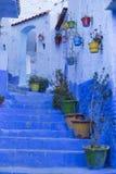 Drzwi, ulicy, garnki, błękit barwią w Marokańskiej wiosce Che Obrazy Stock