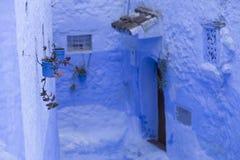 Drzwi, ulicy, garnki, błękit barwią w Marokańskiej wiosce Che Zdjęcie Stock