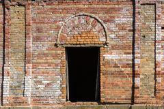 Drzwi w bardzo starym czerwonej cegły fortecy obrazy royalty free