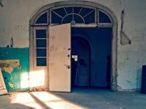Drzwi w Zaniechanej siedzibie obraz royalty free