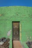 Drzwi w zielonej ścianie Obrazy Royalty Free