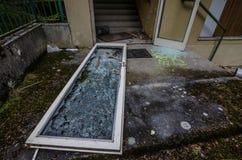 Drzwi z łamanym szkłem fotografia royalty free