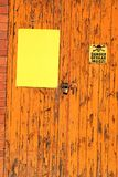 Drzwi z obieranie pomarańczową farbą i niebezpieczeństwo podpisujemy Obrazy Royalty Free