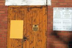 Drzwi z obieranie pomarańczową farbą i niebezpieczeństwo podpisujemy Zdjęcia Stock