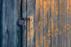 Drzwi z rękojeścią i ośniedziałą kłódką obraz royalty free
