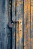 Drzwi z rękojeścią i ośniedziałą kłódką obraz stock