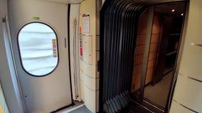 Drzwi zamyka we wnętrzu AVE pociągu który jest szybkościowym koleje w Hiszpania, zbiory