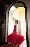 drzwiowa czerwona kobieta Zdjęcie Royalty Free