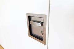 Drzwiowa gałeczka I Kluczowa dziura Na Białym drzwi Zdjęcia Royalty Free
