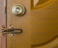 Drzwiowa gałeczka i zapadka na Drewnianym drzwi zdjęcie royalty free