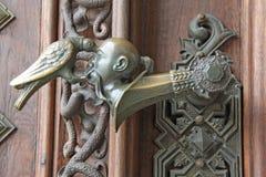 Drzwiowa metal rękojeść w postaci wrony i mężczyzny głowy zdjęcie stock