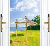 Drzwiowa otwarte morze plaży trawy zieleń Obrazy Royalty Free