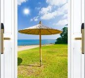 Drzwiowa otwarte morze plaży trawy zieleń Zdjęcia Stock