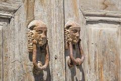 Drzwiowa rękojeść na drewnianym drzwi Obraz Royalty Free