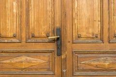 Drzwiowa r?koje?? i stary drewniany drzwi obrazy royalty free