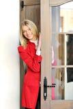 drzwiowa spojrzeń drzwiowy czerwona kostiumu kobieta fotografia royalty free