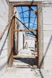 Drzwiowego ościeża instalacja w betonowej ścianie Zdjęcie Stock