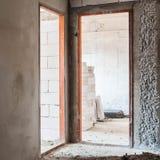 Drzwiowego ościeża instalacja w betonowej ścianie Obrazy Stock