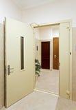drzwiowej sala wewnętrzny nowożytny otwiera obraz stock