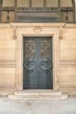 Drzwiowi architektoniczni powierzchowność szczegóły louvre muzeum obrazy royalty free