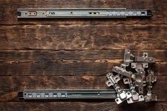 Drzwiowi zawiasy na drewnianym stołowym tle fotografia royalty free