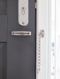Drzwiowy łańcuch na popielatym drzwi Obrazy Royalty Free