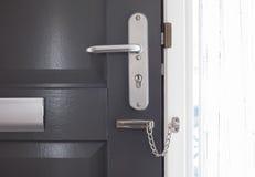 Drzwiowy łańcuch na popielatym drzwi Fotografia Royalty Free