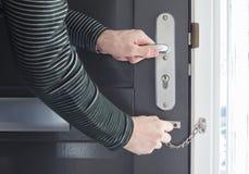 Drzwiowy łańcuch na popielatym drzwi Zdjęcie Royalty Free