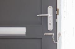 Drzwiowy łańcuch na popielatym drzwi Zdjęcie Stock