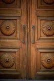 Drzwiowy drewniany stary rzeźbiący od ciemnego brązu drewna zakończenie Fotografia Stock