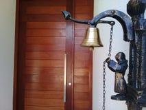 Drzwiowy dzwon przy wej?ciem dom zdjęcie royalty free