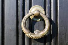 Drzwiowy knocker na czarnym drzwi Obrazy Royalty Free