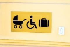Drzwiowy otwieracza guzik dla niepełnosprawni, spacerowicza i bagażu przy, obrazy stock