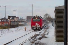 DSB YO locomotora llega con un tren regional a la estación de tren de Naestved fotos de archivo