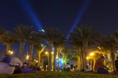DSCHIDDA, SAUDI-ARABIEN - 27. Juli 2018 Leute entspannen sich in Dschidda Corniche nahe König Fahd ` s aufpassendem Fußballspiel  stockfotos