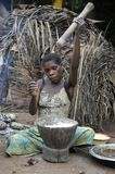 Dschungel des AUTOS afrika Dschungel der Republik Zentralafrika Baka-Frau kocht das Lebensmittel und zerquetscht ein Mehl in eine lizenzfreie stockbilder