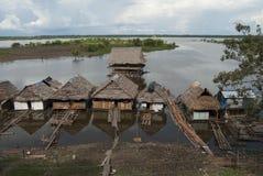 Dschungelhaus errichtet auf dem Fluss lizenzfreie stockfotografie