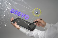 DSGVO, немецкая версия GDPR Концепция общей защиты данных регулированная, защита личных данных Молодой человек Стоковая Фотография