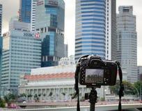 DSLR照相机有都市风景背景 免版税库存照片