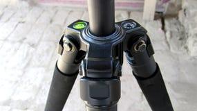 DSLR背景的照相机三脚架 库存照片