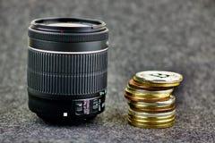 DSLR-Cameralens en bitcoin muntstukken Royalty-vrije Stock Foto