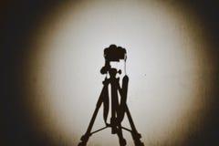 DSLR en sombra del trípode Imagenes de archivo