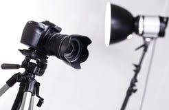 Dslr-Kamera auf Stativ Lizenzfreie Stockfotos