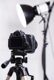 Dslr-Kamera auf Stativ Lizenzfreies Stockfoto
