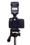 DSLR-Kamera auf Stativ mit externem Blitz Stockfoto