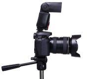 DSLR-Kamera auf Stativ mit externem Blitz Lizenzfreies Stockbild