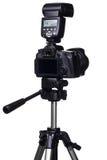 DSLR-Kamera auf Stativ mit externem Blitz Stockfotos