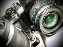 DSLR Kamera auf weißem Hintergrund Lizenzfreie Stockfotos