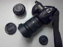DSLR-Kamera-Draufsicht mit Linse und Zubehör Lizenzfreie Stockfotos