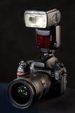 DSLR-Kamera, -linse und -blitz auf Schwarzem Lizenzfreies Stockfoto
